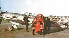 Me-109 en abastecimiento de combustible con una moderna bomba de abastecimiento para ese entonces.