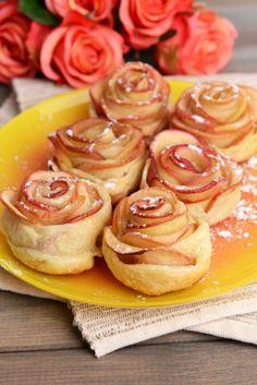 Tasty  puff pastry with apple shaped roses on plate on table close-up --- pom'rose (dessert)  1 pâte  feuilletée 1 à 2 pomme à peau rouge 1 citron sucre vanillé cannelle sucre glace