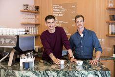 ShemLeupin, links, und Thomas Leuenberger sind die Inhaber des Lokals «Coffee» an der Grüngasse in Zürich. (Bild: Corinne Stoll) Coffee Shops, Interview, Lokal, Barista, Places To Visit, Swiss Guard, Amazing, Coffee Shop, Baristas