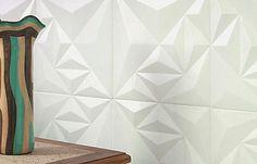 Cada placa de cimento da linha Denali (50 x 50 cm) reúne nove prismas com diferentes alturas. Da Solarium, para paredes internas.