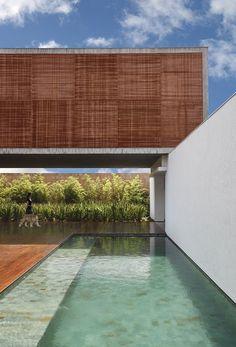 Minimalista moderna residência projetada por Guilherme Torres situado em São Paulo, Brasil.