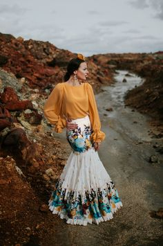 LIMONÁ-Coleccion 2018-El Ajoli-Trajes de Flamenca Flamenco Costume, Flamenco Skirt, Mexico Style, Quinceanera Dresses, Gold Dress, Summer Wardrobe, Designer Dresses, Fashion Dresses, Cute Outfits