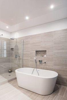 Ici, une baignoire ilot blanche et tendance au design raffiné et aérien s'invite aux côtés d'une douche italienne moderne. Les couleurs blanc et beige apportent une finition épurée et une ambiance cocooning à cette salle de bain dans laquelle on aime à s'apprêter. #salledebaindesign #baignoireilot #baignoire #doucheitalienne #salledebainluxe #salledebainmoderne #salledebainsurmesure #decosalledebain #bienchezsoi #conceptionsalledebain #tendancedeco #interiordesign