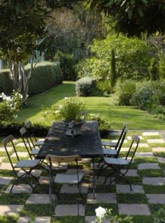 Love this checkered lawn...