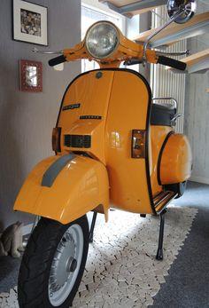 Gelbe Vespa PX 200 E in der Lackierung RAL 1037 Sonnengelb Piaggio Vespa, Lambretta Scooter, Vespa Scooters, Lml Vespa, Vespa Px 200, Vintage Vespa, Classic Vespa, Classic Cars, Vespa Modelle