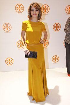 Vestido amarelo ocre simples, com detalhe de corte muito elegante.
