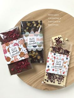 These Valentine's Day printable chocolate wrappers will make a fun personalised gift for your chocolate loving Valentine. or Galentine! Homemade Chocolate Bars, Chocolate Diy, Valentine Chocolate, Chocolate Truffles, Chocolate Recipes, Diy Chocolate Wrapping, Organic Chocolate, Dessert Packaging, Packaging Ideas