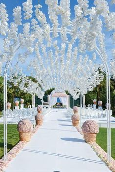 In this category you can let your imagination fly while organizing your personal wedding flower decoration.