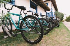 Localizada na Vila do Outeiro, está a 5min de 3 praias: Espelho, Amores e Outeiro. Possui 7 suítes amplas, claras e arejadas, ar condicionado, TV, internet e fr #pousada #Brisasdoespelho #bike #passeio #bicicleta #atividade