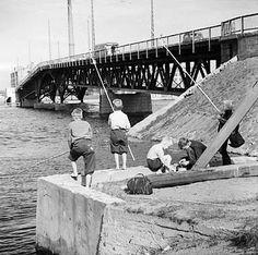 Volker von Bonin: Lapset ongella Lauttasaaren sillan korvassa, 1960  © Helsingin kaupunginmuseo Finnish Language, Gone Fishing, Natural Resources, Helsinki, Old Photos, Finland, The Past, Europe, Black And White