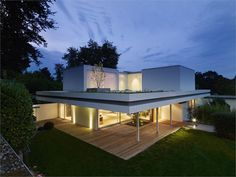 Can you imagine a bungalow of the transforming into a modern home on two levels? A old bungalow built by architect Wilfried Hilger has been changed Architecture Résidentielle, Amazing Architecture, Bungalows, Roof Design, House Design, Garden Design, Fachada Colonial, Bungalow Extensions, German Houses