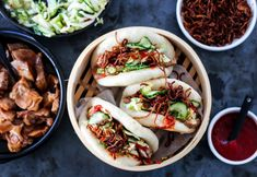 STEAMBUNS MED SOYAMARINERT SVIN, SYLTET KINAKÅLSALAT OG SPRØ LØK | TRINES MATBLOGG Asian Recipes, Ethnic Recipes, Indonesian Food, Iftar, Pulled Pork, Squash, Dates, Kitchen, Asia