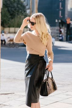 The Chicest Leather Skirt Style for Fall - Meagan's Moda Black Leather Skirts, White Leather, Black Blouse, Skirt Fashion, Beauty Women, Dress Skirt, Sequin Skirt, Street Style, Chic