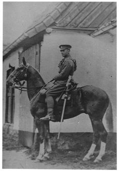 Trooper Bert Main and Songster (the oldest horse to serve in WW1) in France 1915. Photo © Loughborough Carillon Tower and War Memorial Museum (This image is licensed under Creative Commons BY NC SA)
