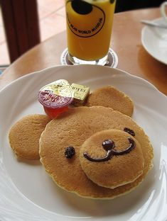 Bear Pancakes - Raisin eyes and chocolate syrup mouth. Adorable!