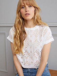 This all-feminine top is dressed up with eyelet lace. Zara Tops, Blouse Styles, Blouse Designs, Diy Fashion, Fashion Outfits, Couture Tops, Diy Couture, Vestidos Vintage, Blouse And Skirt