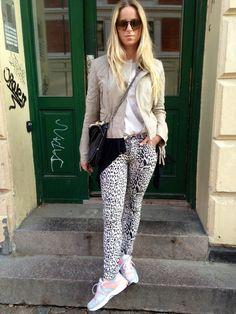 My look... #leatherjacket #leopardjeans #nike #sneaks #boyy #boyybag #bartonperreira #sunglasses #fashionblogger #oufit  Visit my blog www.Lionsandwolves.com