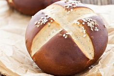 Panini di Pretzel o Laugenbrot Pretzel Bread, Pretzel Rolls, Yummy Eats, Yummy Food, My Favorite Food, Favorite Recipes, Look And Cook, Panini Sandwiches, Baked Rolls