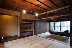 飾り棚の襖は上段を革張りに、下段をシルクに相原さん自ら張り替えたもの。