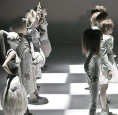 The Look: Wonderland - Alexander McQueen Spring/Summer 2005 Mcq Alexander Mcqueen, Couture Fashion, Fashion Art, Fashion Design, Portrait Photography, Fashion Photography, Sarah Burton, We Will Rock You, Carnival