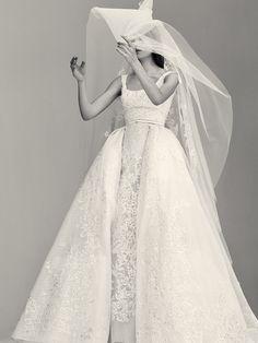 La première collection de robes de mariée d'Elie Saab Elie Saab Bridal http://www.vogue.fr/mariage/adresses/diaporama/la-premiere-collection-de-robes-de-mariee-delie-saab-elie-saab-bridal/30978#la-premiere-collection-de-robes-de-mariee-delie-saab-elie-saab-bridal-5