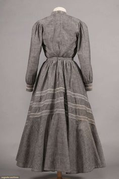 North America's auction house for Couture & Vintage Fashion. 1890s Fashion, Edwardian Fashion, Vintage Fashion, Old Dresses, Dresses For Work, Summer Dresses, 18th Century Fashion, Clothing And Textile, Chambray Dress