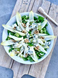 Witlof salade met peer, blauwe kaas en honing-mosterd dressing - Healthy by Elisa Superfood Salad, Good Food, Yummy Food, Happy Foods, Healthy Recipes, Healthy Food, Food Dishes, Food Inspiration, Dressings
