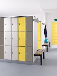 Do you think your locker spaces are motivational and inspirational? Change your locker spaces right into the very best preparation space. Locate 50 locker room ideas right here. Office Lockers, Office Cupboards, Space Interiors, Office Interiors, Locker Room Decorations, Pool Changing Rooms, Plastic Lockers, Locker Designs, Farmhouse Living Room Furniture
