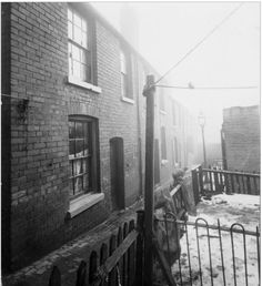 Back to back housing in bell barn road Old Pictures, Old Photos, Victorian Homes Exterior, Edwardian House, Birmingham England, Tommy Boy, Peaky Blinders, British History, Historic Homes