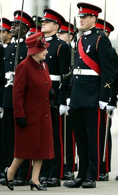 It's hard to maintain that military composure when one's granny is inspecting! Grandmum inspecting Prince William...;)
