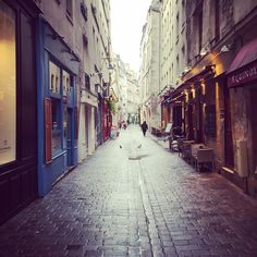 One of my fav streets in the Marais for delicious food and quaint shops. I discovered my favorite falafel resto here about 16 years ago and it's still there. #paris #parislife #parismonamour #parisjetaime #france #topparisphoto #pariscartepostale #instaparis #parisiloveyou #marais #ruedesrosiers #realestlivingbeco