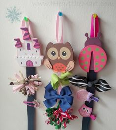 Grab a few supplies at Walmart & make your own DIY Hairbow Holder for under… Diy Hair Bow Holder, Diy Hair Bows, Bow Hair Clips, Bow Holders, Hair Ribbons, Ribbon Hair, Ribbon Bows, Girls Room Organization, Diy Hair Accessories