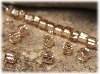 Matsuno pink/champagne SR silverlined 11/0 Pris SEK 12,00 (Frp)  Artikelnummer SR-69-11/0 Vikt: 10 gr. Beskrivning: Storlek: ca 2 mm. Hål fyrkantigt. Ursprung: Japan. En pärla med fyrkantigt hål och i fin kvalité. Pärlans invändiga silverskickt ger den en fin lyster och glans. Viktangivelse och pris avser 10 gram, vilket motsvarar ca 1000 stycken pärlor.