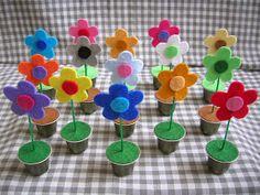 Os mostramos unos portafotos con el diseño de una flor,realizados en Metal con cápsulas de café, tienen una pinza de madera por detrás y la...