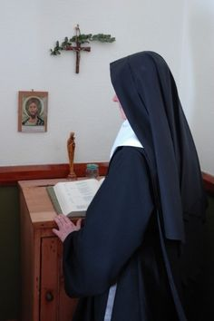 Benedictine in the privacy of his cell, and she spent a short time in prayer and prayer. In the Benedictine community relations, including offices, takes up more space. It differs in its habit on his belt for tissues shows that it is a temporary professed.