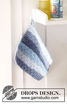 Cornish Blues - Knitted potholder with textured pattern and stripes. The piece is worked in 2 strands DROPS Paris. - Free pattern by DROPS Design Crochet Hot Pads, Crochet Bee, Free Crochet, Crochet Potholder Patterns, Knitting Patterns Free, Free Knitting, Drops Design, Spiral Crochet, Crochet Decrease