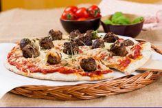 Ny lørdagsfavoritt? Vil du ha en litt saftigere familiepizza gjør du som her – former små kjøttboller og legger dem rett på pizzaen.