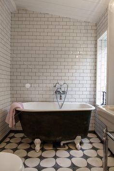 look retro http://helpmaison.com/2014/05/14/helpmaison-vous-aide-a-realiser-la-salle-de-bain-de-vos-reves/ Love the floor tiles, but this room needs some color! Or a hanging plant in the corner.