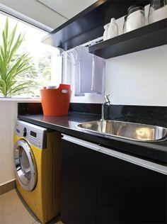 As lavanderias ganham cada vez mais a atenção dos arquitetos, que otimizam espaços reduzidos e as incrementam com armários e eletrodomésticos vistosos.