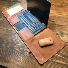 Wrap-type notebook PC cover made of one piece of leather: Toko leather / Lenovo Thinkpad Yoga- 一枚革で作ったラップタイプのノートPCカバー:トコ革 /Lenovo Thinkpad Yoga 専用 Wrap-type notebook PC cover made of one piece of leather: Toko leather / image for Lenovo Thinkpad Yoga - Leather Art, Leather Gifts, Leather Bags Handmade, Leather Design, Leather Tooling, Sewing Leather, Leather Diy Crafts, Leather Projects, Crea Cuir