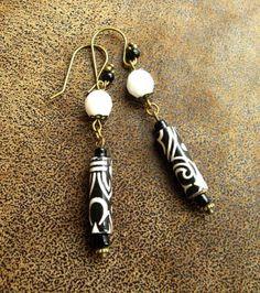 Boucles ethniques noires et blanches ~ Boucles pendantes ~ Bijoux papier ~ Perles en papier ~ Paper beads ~ Black and white