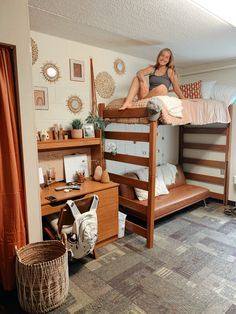 Dorm Room Beds, Dorm Room Themes, College Bedroom Decor, Cool Dorm Rooms, Bedroom Decor For Teen Girls, Room Ideas Bedroom, College Dorm Rooms, Preppy Dorm Room, Boho Dorm Room