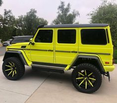 Just Everything Daily News Classy Issues Necessary Accessoires Clothing News Sneaker Releases Hypest Cars Food Coma House Inspos and a lot more pins to come! Mercedes Jeep, Mercedes G Wagon, Top Luxury Cars, Luxury Suv, My Dream Car, Dream Cars, Rolls Royce, Green Jeep, Luxury Lifestyle Women