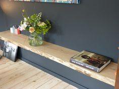 Een wandplank is erg praktisch: met een plank aan de muur ontstaat er extra ruimte. Deze ruimte kan gebruikt worden voor verschillende doeleinden, denk aan boeken, schilderijen, fotolijsten, planten en dergelijke. Onze blinde wandplanken worden toegepast in woonkamers, keukens, werkkamers, slaapkamers en winkels. Ons wandplankensysteem is zo ontwikkeld dat de plank volledig 'blind' aan de muur wordt bevestigd. Dit … Scandinavian Interior, Home Interior, Interior Styling, Deco Tv, Cosy Room, Kitchen Colour Schemes, Tv Furniture, New Room, Home And Living