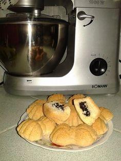 """Pour le biscuit : (tiré du livre """"Lella"""") - 250 g de beurre mou - 6 CàS de sucre glace - 2 oeufs - 1 verre de noix de coco moulue (20cL) - 1 verre de maizena - 1 càc de levure chimique - 1 càc de vanille - 450 g de farine"""