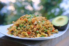 El chaulafan de pollo la versión ecuatoriana del arroz frito chino preparado con pollo, arroz, tocino, cebolla, ajo, pimientos, arvejas, zanahorias, huevos revueltos, pasas, especias y hierbas.