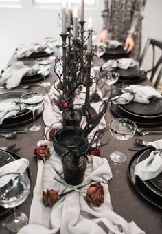 Best Halloween Party Décor Ideas For Dining Table - Halloween Party Halloween Chic, Halloween Tisch, Table Halloween, Halloween Table Settings, Halloween Table Decorations, Halloween Dinner, Halloween Home Decor, Halloween House, Decoration Table