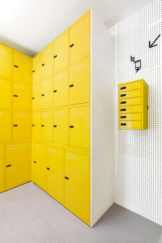 Completed in 2016 in Madrid, Spain. Images by CaulinPhoto . Lock & Be Free, the first Spanish urban locker net, already opened its first shop, very close to the touristic street Gran Via in Madrid. Tor Design, Club Design, Storage Shelves, Storage Spaces, Locker Storage, Diy Locker, Office Lockers, Garderobe Design, Locker Designs