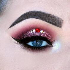I have created a cut crease, and added some Swarovski jewels on the lid. I have used eye shadows from makeup geek for this look: ice queen ( inner corner )