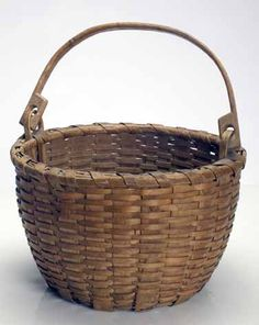 colonial american baskets - something I grew up with and loved. Making Baskets, Old Baskets, Vintage Baskets, Wicker Baskets, Bamboo Basket, Basket Bag, Basket Decoration, Wooden Boxes, Basket Weaving
